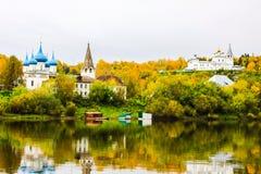 St Nichola ` s三位一体修道院Svyato Troitse Nikolsky通告的修道院和大教堂 从Klyazma的看法 库存照片