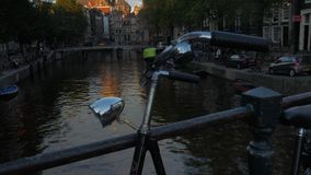 St Nicholas Basilica in Amsterdam bij Zonsondergang stock footage