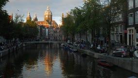 St Nicholas Basilica in Amsterdam bij Zonsondergang stock video