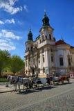 St. Nicholas Church, construções velhas, praça da cidade velha, Praga, República Checa Fotos de Stock