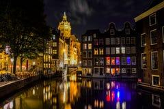 St Nicholas Church em Amsterdão na noite fotografia de stock royalty free
