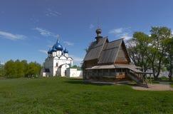 St. Nicholas Church en Geboorte van Christuskathedraal in Suzdal, het Vladimir-gebied, Rusland stock afbeelding