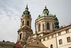 St Nicholas Church en Mala Strana o poca vieja parte lateral, hermosa de Praga Imagen de archivo libre de regalías