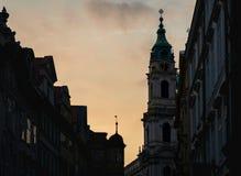 St Nicholas Church en Praga durante puesta del sol en la primavera 2019 - mostrar el detalle fino del reloj y de la decoración imagen de archivo libre de regalías
