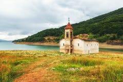 St Nicholas Church, lac Mavrovo, Macédoine Photos libres de droits