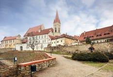 St Nicholas Church och vingård framme av den på en molnig vinterdag Znojmo Tjeckien royaltyfri foto