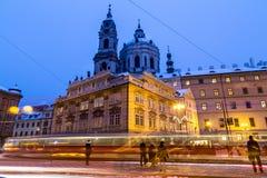 St Nicholas Church in Praag bij Schemer Stock Foto