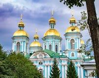 St Nicholas katedra w St Petersburg, Rosja, przeciw niebieskiemu niebu obraz stock