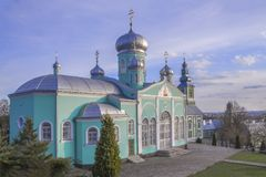 St Nicholas kloster, Mukachevo, Ukraina Vår-sommar sikt Royaltyfri Fotografi