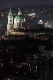 St Nicholas kyrka i prague på natten Royaltyfria Bilder