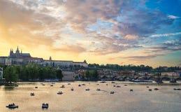 St Nicholas kyrka och Prague slott på solnedgången arkivbild