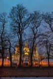 St Nicholas Naval Cathedral achter de bomen bij nacht, HDR Royalty-vrije Stock Afbeelding