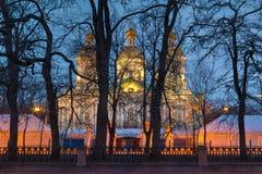St Nicholas Naval Cathedral detrás de los árboles en la noche, HDR Fotos de archivo libres de regalías