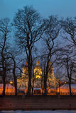 St Nicholas Naval Cathedral detrás de los árboles en la noche, HDR Imagen de archivo libre de regalías