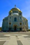 St Nicholas Naval Cathedral och Yakornaya kvadrerar i Kronstadt, St Petersburg, Ryssland Royaltyfria Bilder