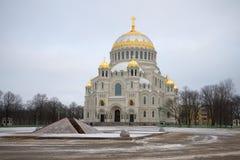 St Nicholas sjö- domkyrka i den dystra Januari för ankarfyrkant dagen Kronstadt Royaltyfri Foto