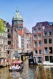 St Nicolaas Church e Zeedijk Chanel Houses Amsterdam in primavera immagine stock libera da diritti