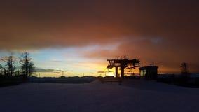 St Oswald, Autriche, Carinthie - 9 décembre 2018 : A capturé la silhouette d'une station d'ascenseur sur le dessus d'une montagne images libres de droits