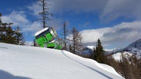 St Oswald, Oostenrijk, Carinthia - Januari 17, 2019: Een groen die sneeuwkanon in de bergen van St Oswald, Oostenrijk tijdens a w royalty-vrije stock fotografie