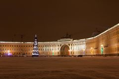 St PÉTERSBOURG - 21 DÉCEMBRE : Arbre de Noël et bâtiment d'état-major sur la place de palais, le 21 décembre 2010, en ville Photos stock