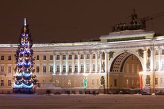 St PÉTERSBOURG - 21 DÉCEMBRE : Arbre de Noël et bâtiment d'état-major sur la place de palais, le 21 décembre 2010, en ville Image stock