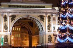 St PÉTERSBOURG - 21 DÉCEMBRE : Arbre de Noël et bâtiment d'état-major sur la place de palais, le 21 décembre 2010, en ville Photo stock
