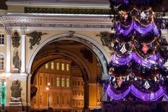 St PÉTERSBOURG - 21 DÉCEMBRE : Arbre de Noël et bâtiment d'état-major sur la place de palais, le 21 décembre 2010, en ville Images stock