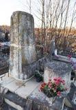 St PÉTERSBOURG, RUSSIE - 27 DÉCEMBRE 2015 : Photo du monument à la tombe du linguiste Knorozov Image stock