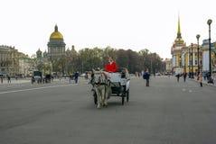 St PÉTERSBOURG, RUSSIE - 1ER JANVIER 2008 : Chariot avec des chevaux Image stock