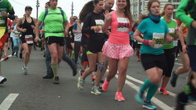 St PÉTERSBOURG, RUSSIE - 09 07 2017 Grande foule courant le marathon sur la route Les hommes et les femmes participent à la cours banque de vidéos