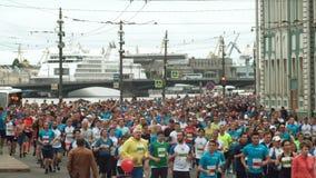 St PÉTERSBOURG, RUSSIE - 09 07 2017 Grande foule courant sur la route le marathon ensemble Les hommes et les femmes participent à banque de vidéos