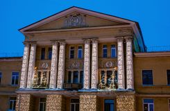 St PÉTERSBOURG, RUSSIE - 13 janvier 2016 : Noël original allumant les guirlandes électriques sur la façade de la maison dans Kolp Photo stock