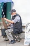 St PÉTERSBOURG, RUSSIE 4 JUILLET : l'artiste de trottoir dessine des portraits Images stock