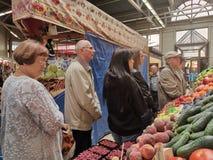 St PÉTERSBOURG, RUSSIE - juin 2019 : Stalle du marché des agriculteurs avec la variété de légume organique photo libre de droits
