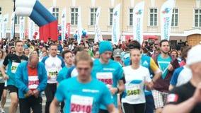 St PÉTERSBOURG, RUSSIE - 09 07 2017 La foule sont participées à la course Groupe de personnes la voie courante sur la route ensem banque de vidéos