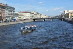 St Pétersbourg, Russie Le bateau d'excursion avec des touristes abaisse la rivière à Fontanka photographie stock libre de droits