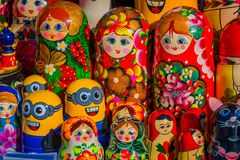 St PÉTERSBOURG, RUSSIE, LE 1ER MAI 2018 : Poupées russes de babushka de Matryoshka de diverses couleurs, ensemble de poupées secr Photos stock