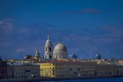 St PÉTERSBOURG, RUSSIE, LE 1ER MAI 2018 : Vue de l'eau de rivière de Fontanka - tir de bateau à l'beaux bâtiments jaunes Image libre de droits