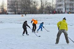 St PÉTERSBOURG, RUSSIE, LE 10 JANVIER 2016 : les gens jouant l'hockey a Photographie stock libre de droits