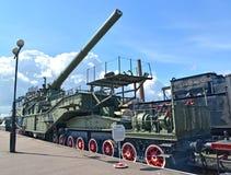 St Pétersbourg, Russie Les coûts du système ferroviaires superlourds de l'artillerie TM-3-12 à la plate-forme Photographie stock libre de droits
