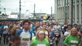 St PÉTERSBOURG, RUSSIE - 09 07 2017 Les gens courant le marathon au centre de la ville Hommes et femmes faisant le sport au festi banque de vidéos