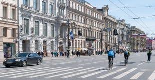 St PÉTERSBOURG, RUSSIE - 28 MAI 2017 : trafiquez sur Nevsky Prospekt à St Petersburg, Russie Photos libres de droits