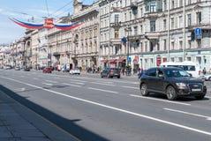 St PÉTERSBOURG, RUSSIE - 28 MAI 2017 : Voitures sur le Nevsky Prospekt à St Petersburg, Russie Photo stock