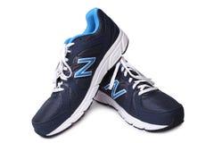 St PÉTERSBOURG, RUSSIE - 31 mars 2014 : Chaussures sportives de New Balance sur le fond blanc Photographie stock libre de droits