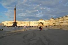 St Pétersbourg, Russie Place de palais, Alexander Column, bâtiment d'état-major au coucher du soleil photo libre de droits