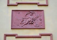 St Pétersbourg, Russie Un bas-relief Vénus de terre cuite sur une façade du palais d'été de Peter le grand Photo stock