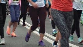 St PÉTERSBOURG, RUSSIE - 09 07 2017 Vue en gros plan des pieds de personnes courant le marathon sur la route La foule participent clips vidéos