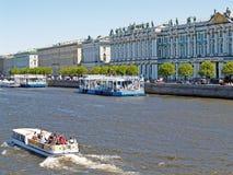 St P?tersbourg, Russie Les flotteurs de bateau d'excursion à travers Neva photo stock