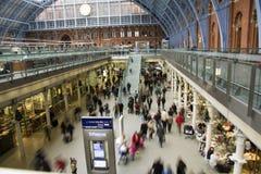 St Pancras ocupado en el tiempo de la Navidad foto de archivo libre de regalías