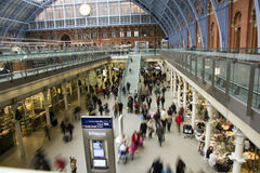 St Pancras ocupado no tempo do Natal foto de stock royalty free